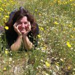 תמונה של נילי אלדר בשדה פרחים