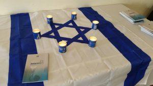 נרות דולקים על דגל ישראל
