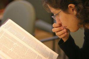 אשה לומדת מקורות