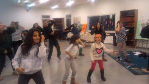 ריקודים בפעולה בבית הכנסת.
